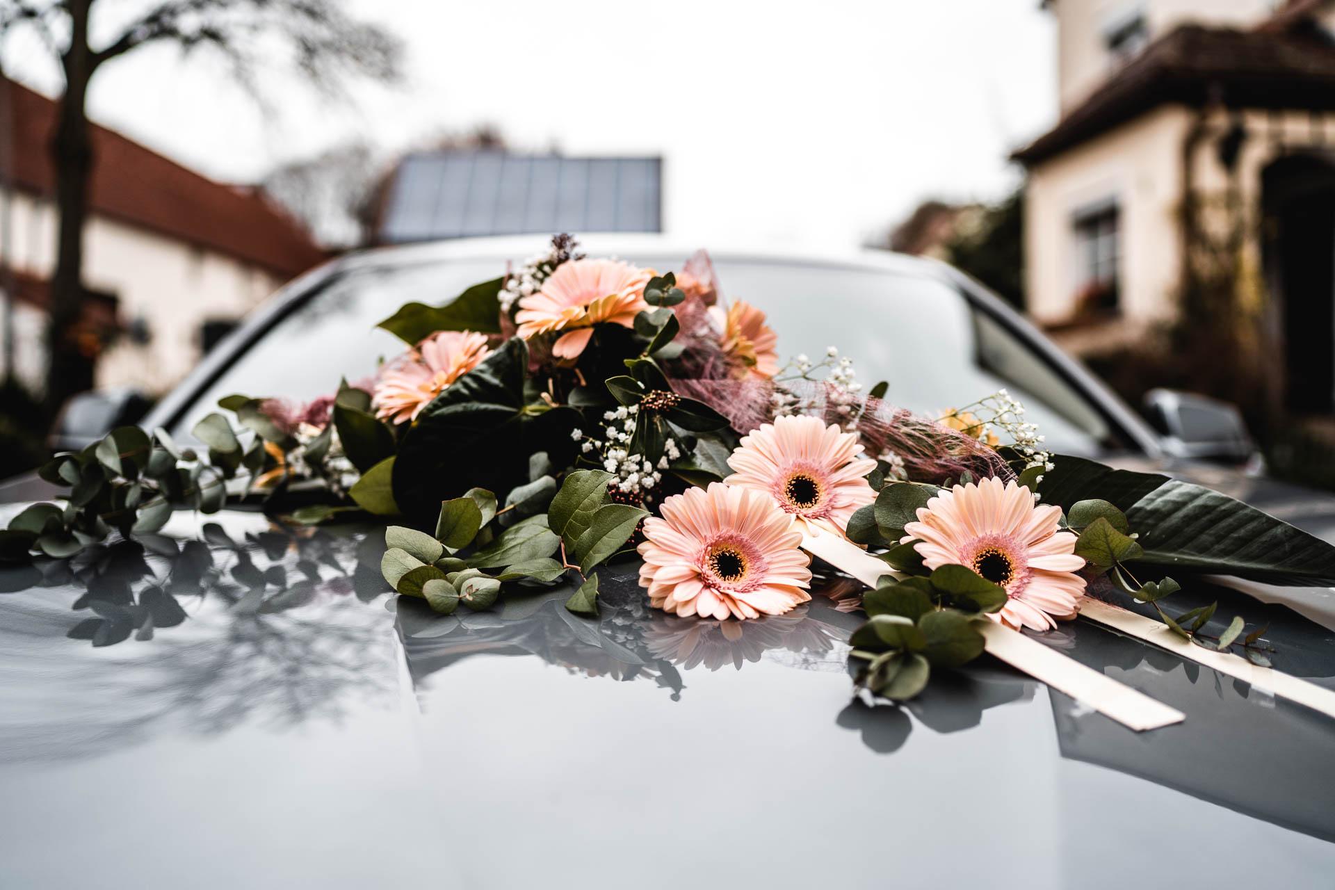 Blumenschmuck auf Motorhaube